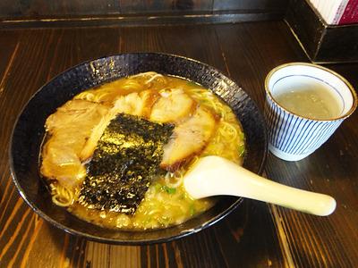 ヨシベーラーメン正油+トロ肉ハーフサイズ