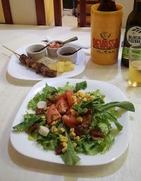 ホテル近辺の一杯飲み屋で、牛肉の串焼とサラダ