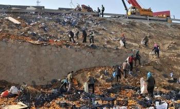 【中国】トラック横転で「みかん」ばら撒く、近所の村民が次々にやってきて争奪戦…30トンあったみかん、10トンしか回収できず