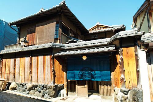 スターバックス コーヒー 京都二寧坂ヤサカ茶屋店がオープン  のれん、畳の和風な内装