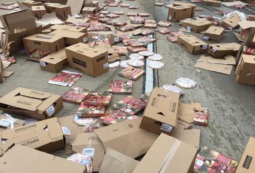 【画像】冷凍ピザを満載したトラックが事故。道路にピザを撒き散らす
