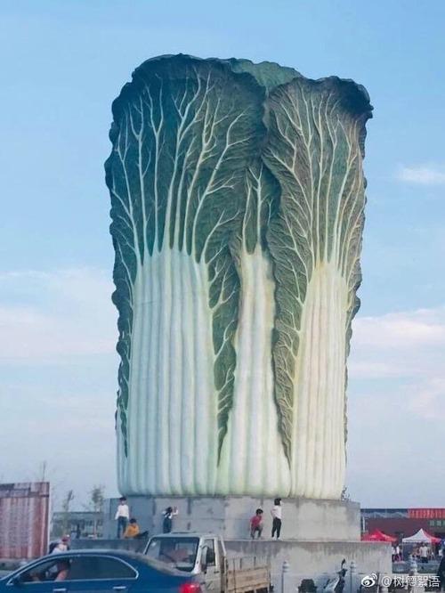 """【画像】中国さん、高さ20メートル重さ12トンの""""白菜""""を作る もう意味がわからないよ・・・"""