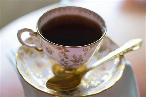 コーヒーをブラックで飲むのは日本人だけやん