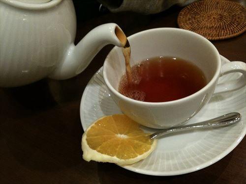 紅茶は1杯20円で良い奴飲めるのに珈琲は80円出さないと駄目な件