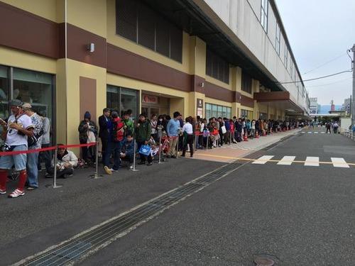 【砂漠のオアシス】鳥取のスターバックス1号店開前に1000人の大行列! 前日から並ぶ客も