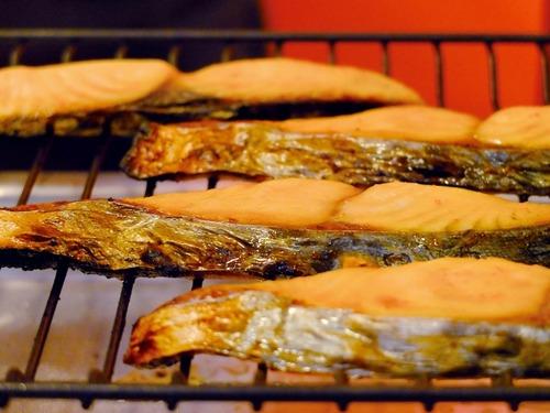 ワイ「サーモンうまっ!刺し身うまっ、寿司うまっ」ガツガツ 鮭の塩焼き「うぃーっすww」