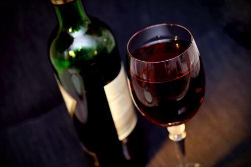 お酒苦手ワイ「ワインってぶどうジュースみたく甘くて美味いんやろなぁ・・・よっしゃ飲んだろ!」グビー