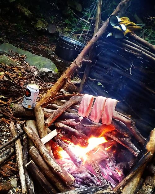 【画像】山でベーコン焼いた結果wwwwwww