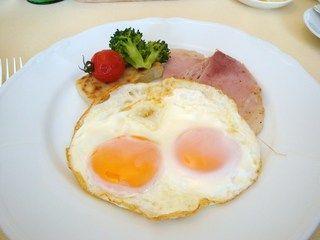 ハムの上に卵落としてフライパンで焼いただけの料理wwwwwwww