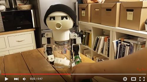 【朗報】いっしょにお酒を飲んでくれるロボットが登場