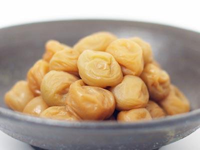 新鮮でカリカリな小梅を薄口醤油に漬ける「小梅の醤油漬け」漬かった醤油で食べる白身魚の刺身がまた美味しい