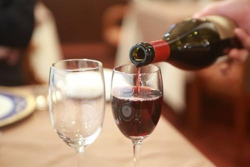 子供って絶対ワインをぶどうジュースの超おいしいバージョンだと思ってるよな