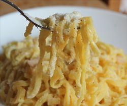 チーズとバターと塩こしょうのみ!日本でいう卵かけご飯のような存在の「パスタ・ブォーロ」
