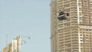 【印】 ガシャーンガシャーン、ピザ空輸ロボットだよ。動かないデブに餌を与えるスゴい奴だよ