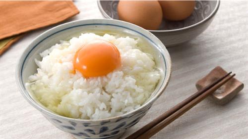 (´・ω・`)卵かけごはんの最強は麺つゆだろ