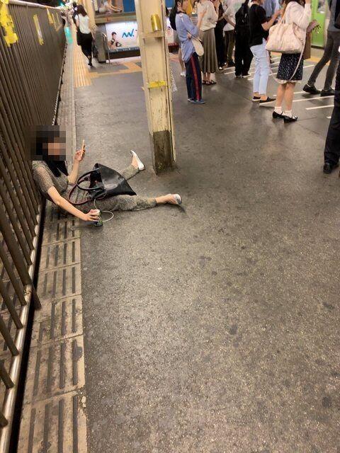 【画像】駅のホームでストロングゼロを飲む女子が完全に陰好み