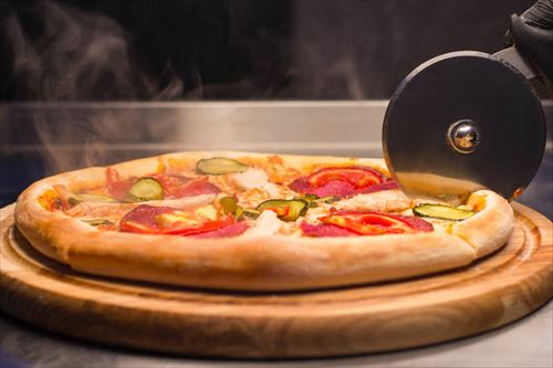 ピザをカットするギザギザの道具
