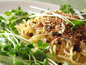 茹でたパスタに細かくした煮干し・梅干しとカツオ節、七味唐辛子を乗せる。名付けて夜鷹風スパゲッティ。