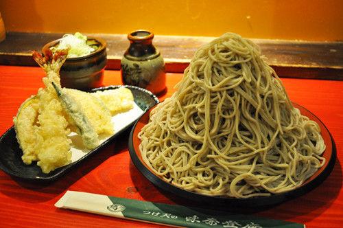 横浜味奈登庵のデカ盛りそば「富士山もり」が500円…天ぷら盛り合わせセットでも900円
