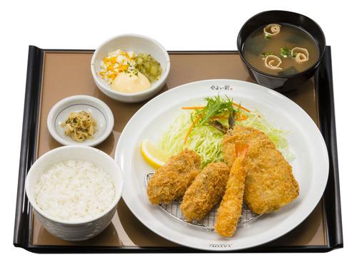 やよい軒「かきフライ定食(1,080円)」を発売。プリプリサクサクのかきフライが四つも乗って1,080円