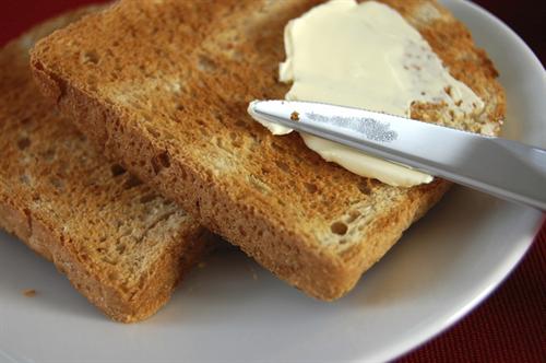 バター塗ったトーストってなんでバターの面から落ちてくの?