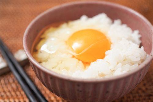 卵かけご飯作る時に ご飯の上にそのまま卵割る奴は分かってない