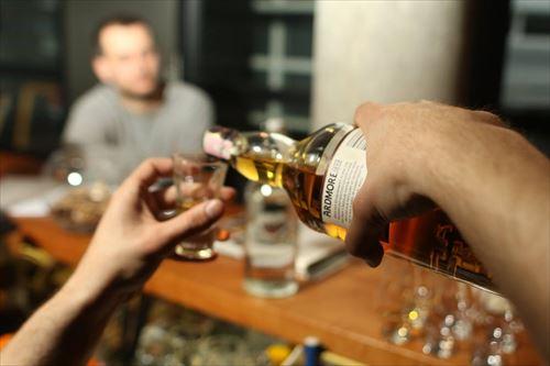 酒飲めないから家でウイスキーちびちび飲んで練習?してるんだが全然旨くない