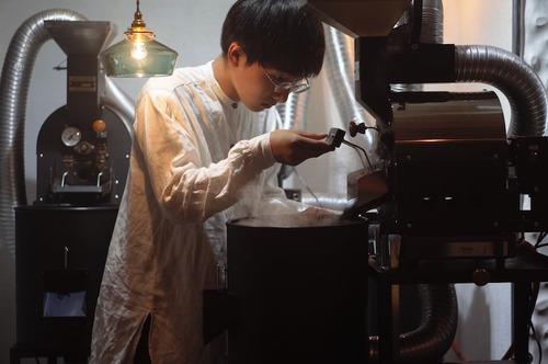 アスペルガー症候群を発症しつつ高校へ進学しなかったコーヒーの天才、毎日11時間焙煎機の前に立つ