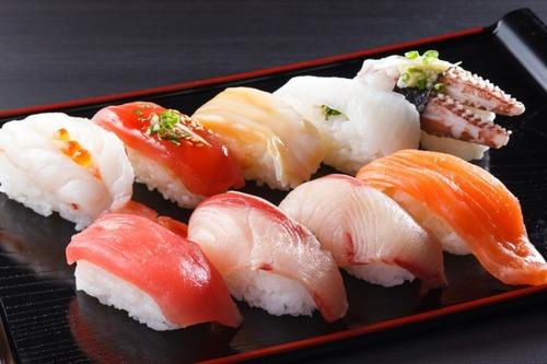 25歳になって1人で回らない寿司を食べられない奴は恥?
