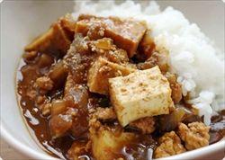 福井の家庭では一般的な「厚揚げカレー」商品化…「いつかは県を代表する名物に」