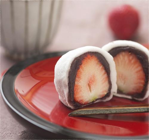 苺大福食べてる