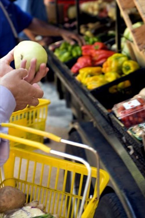 shopper-were-holding-up-a-green-tomato-361x544_R