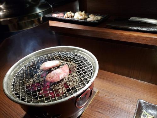 焼肉屋の許されざる者「開幕豚トロ炎上」「皿から箸で一気にガー!」「タン塩のネギ全落とし」