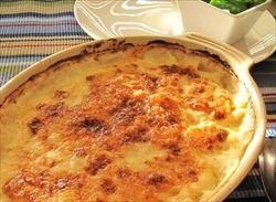 じゃがいも、牛乳、チーズで作るシンプルポテトグラタン。お酒にもパンにも合ってウマい。
