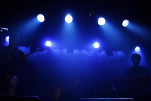 ライブハウスは着席、ステージと客席の間を離すかアクリル板または透明カーテンで遮断