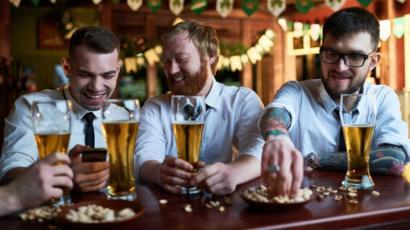 【悲報】酒、1日にわずか一杯飲むだけでも寿命が縮むことが判明