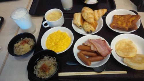 【朗報】出張族ワイ、ビジホのビュッフェで優雅な朝食