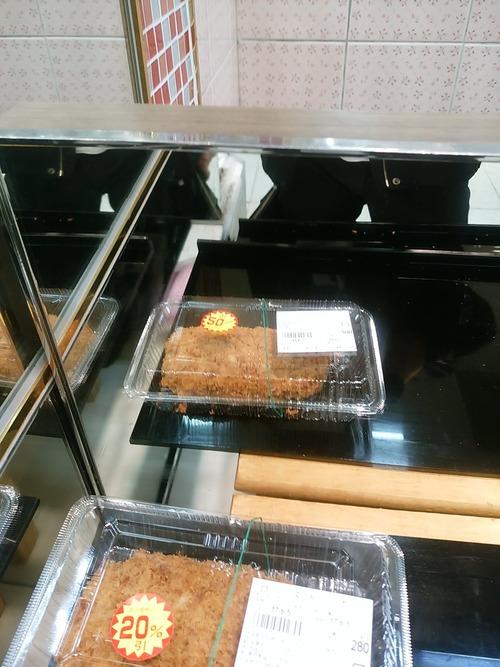 【悲報】鏡に写った惣菜を半額と勘違いし突き指wwwwwwww