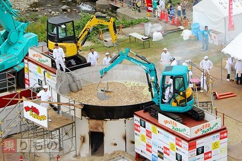 重機で作る芋煮の「日本一の芋煮会フェスティバル」 それが問題ない理由は「重機は新品を購入し徹底的に洗浄」「潤滑剤にはバターや食用油を使用」
