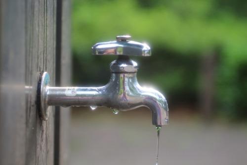 彡(゚)(゚)「公園の蛇口開きっぱなしやんけ…水勿体ないやろ…」キュッ…