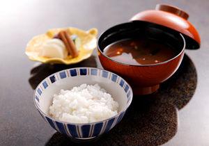 なぜご飯茶碗は陶磁器で汁椀は漆器なんだろうか