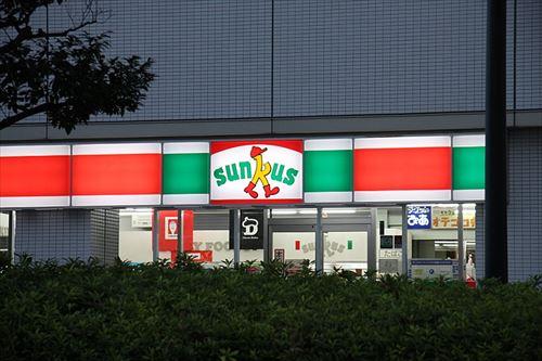 なんで日本人ってコンビニ店員にも過剰なマナーを要求するの?
