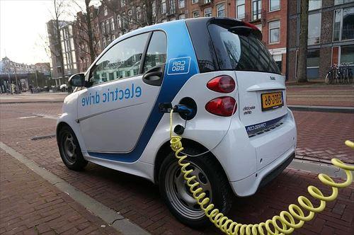 電気自動車ってガソリン車より維持費安いのになんで流行らんの?