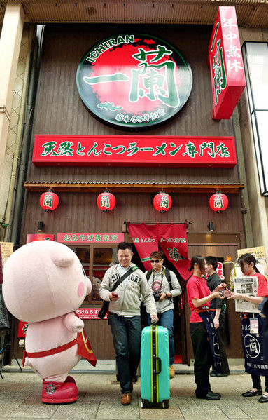 ミナミのラーメン店がアジアからの観光客に人気 「一蘭(いちらん)」には年間40万人来店も