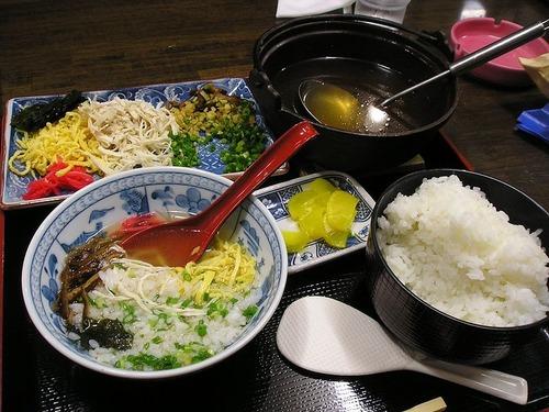 鶏肉にアツアツの鶏ガラスープをかけて、お茶漬風に食べる郷土料理「鶏飯(けいはん)」の作り方