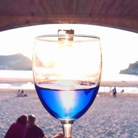 """世界で話題の""""青ワイン""""日本初上陸--スペインで約2年かけて開発 着色料で色づけ"""