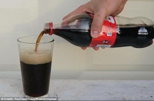 【動画】コーラに漂白剤を入れるとこうなる