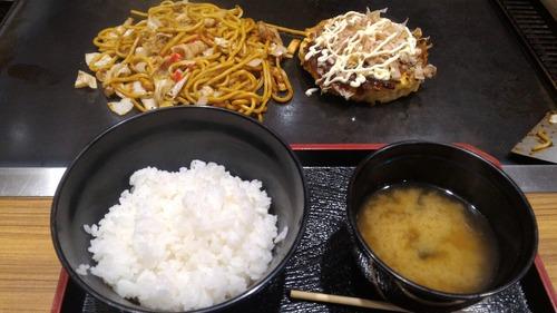 お好み焼き+焼きそば+白飯+味噌汁 おかずはどれ?