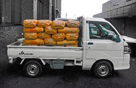 軽トラックにお米1トン積んで道交法違反で罰金 農業を支える禁断の聖域「農家の軽トラ過積載」問題