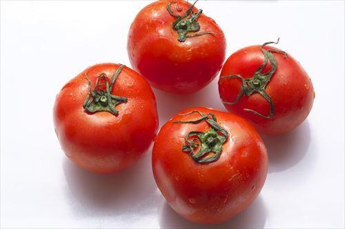 彡(゚)(゚)「トマトに塩をかける?しょっぱくて食えんやろ」フリフリ